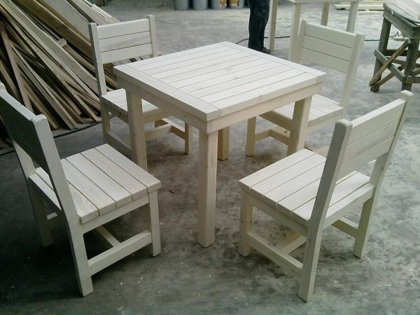 Столове и маса от масивна дървесина