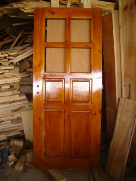 масивна врата е четири табли и четири стъкла