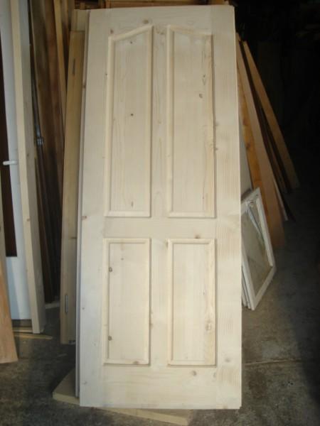 масивна врата таблена с кобилица