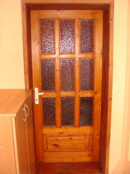 Масивна врата с девет стъкла и една табла