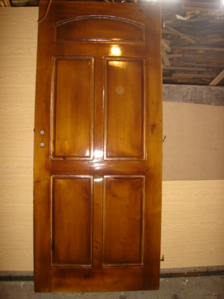 масивна таблена врата с лак