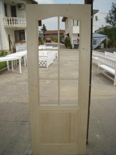 масивна врата с шест стъкла и кобилица