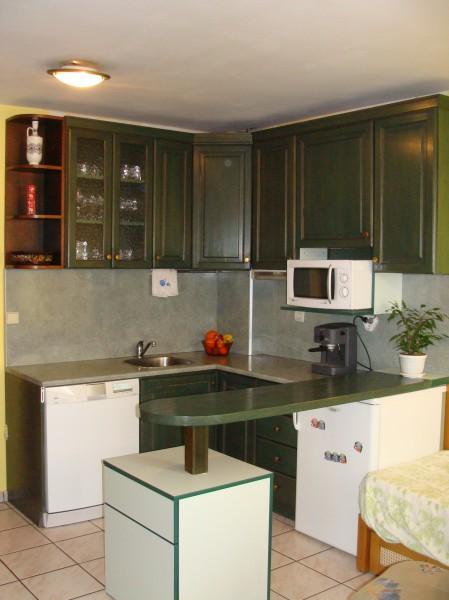 Кухня от масив с зелен лак