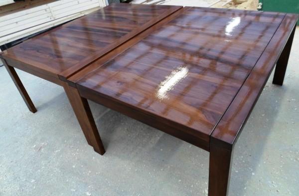 Дървена орехова маса