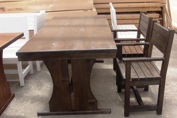 Дървени столове и маси